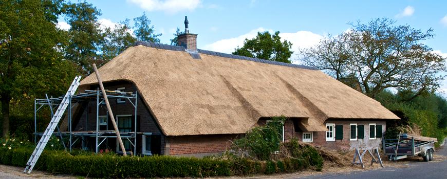 Rietdekker & Timmerman A.J. Vink vervangt oude daken door nieuwe rieten kappen